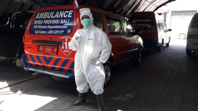 Petugas BPBD Bali menggunakan alat pelindung diri guna mencegah penularan COVID-19. (kanalbali/BPBD Bali)