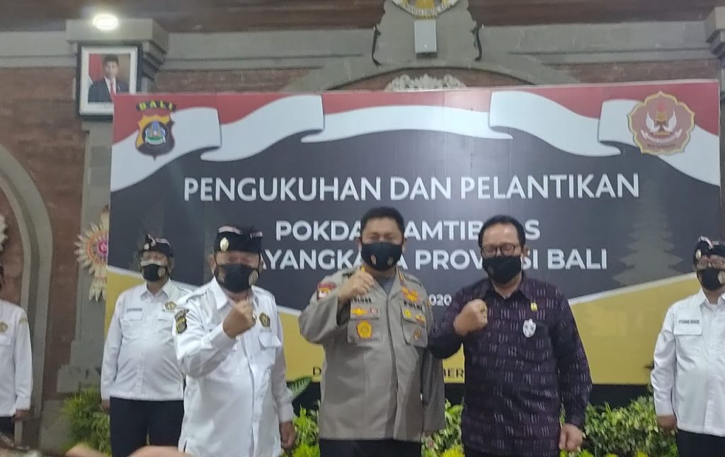 Kapolda Bali Irjen Petrus Reinhard Golose (tengah) dan Wakil Gubernur Bali Tjokorda Oka Artha Ardhana Sukawati hadir dalam pelantikan Pokdarkamtibmas Bhayangkara Bali di Denpasar pada Rabu (7/10)