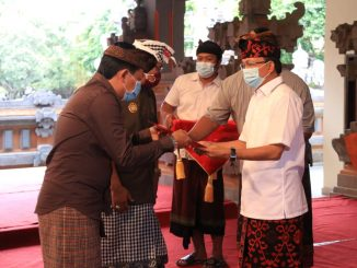 Gubernur Bali Wayan Koster menyerahkan dana untuk operasional desa adat dalam upaya pengendalian COVID-19 di Denpasar, Rabu (7/10). (Pemprov Bali)